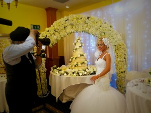 bride-wedding-cake-photo